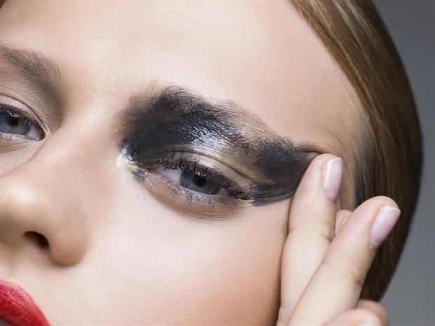 Acqua e sudore mettono a dura prova le classiche formulazioni del mascara che, se non è waterproof, rischia facilmente di sciogliersi e colare intorno agli occhi
