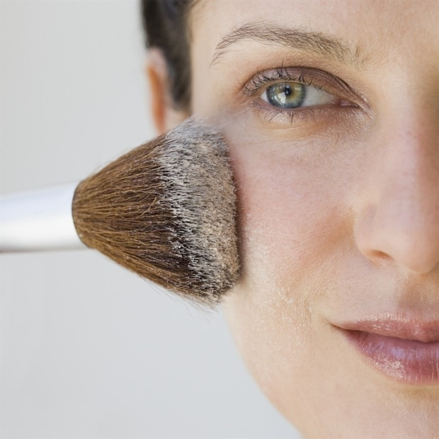 Se si stende una pennellata di cipria, che asciuga il viso, prima della terra, quest'ultima scorrerà facilmente sulla pelle senza creare macchie. Altra possibilità è usare una terra in crema, che si stende piacevolmente con le dita ma si asciuga velocemente dopo l'applicazione