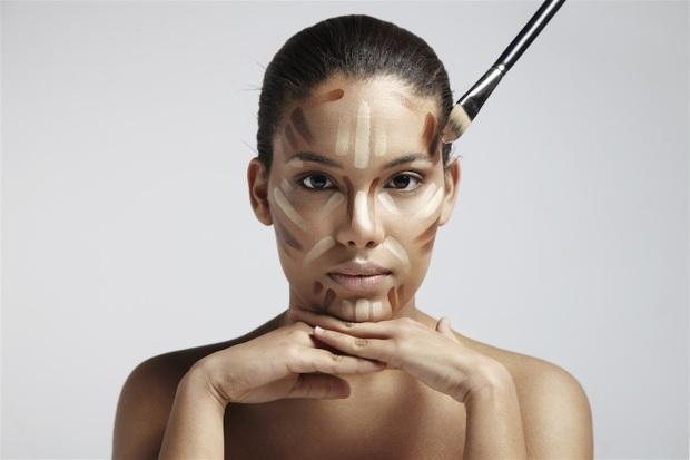 Con il sole, quando cambia il colore della pelle, se non si cambia anche la tonalità di base make up il trucco diventa una patina evidente che nasconde