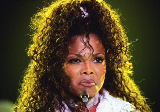 No alla matita labbra più scura del rossetto  come Janet Jackson, e quasi tutte le star sui palchi e i red carpet degli anni '90: il contorno labbra, di solito marrone o viola scuro, doveva essere più scuro del rossetto o del glossusato per il resto della bocca. Un trend che consideriamo archiviato.