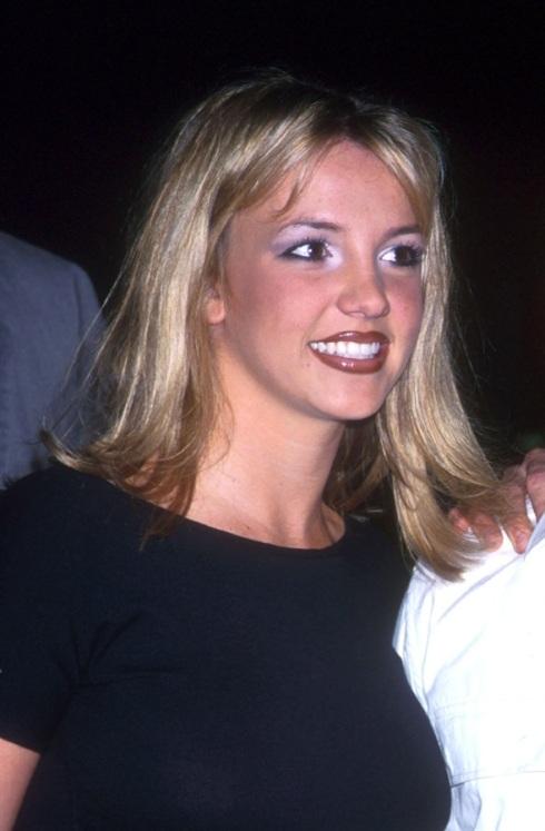 Britney Spears  negli anni '90 con il tipico make-up di quegli anni: rossetto marrone glossato e smoky eyes azzurro-viola.