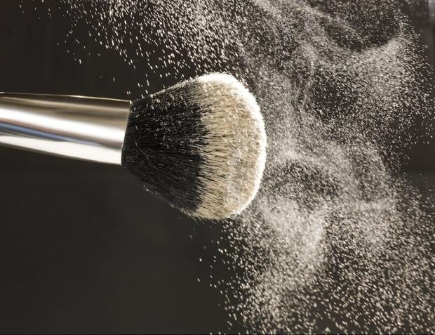Il fondotinta più adatto per l'estate è il compatto in polvere, o in alternativa un fondotinta minerale, perché assorbono unto e sudore asciugando la pelle
