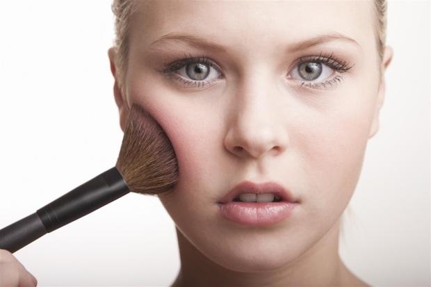 Se la base è classica, in polvere, il fondotinta più adatto è quello in polvere. Il fard in crema, ottima soluzione per truccare leggermente il viso in estate, si può stendere direttamente sul viso o sopra texture fluide e cremose