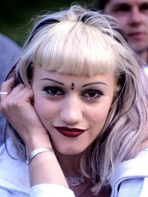 Sì ai tattoo gioiello  come Gwen Stefani con il suo terzo occhio e i birllantini nella rima inferiore.