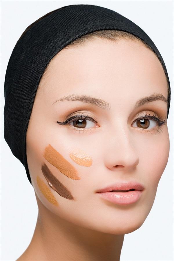 Una volta assodato che la base trucco va cambiata, basta sceglierla di mese in mese in base al colore della propria pelle testandola sulle zone giuste: non sulla mano (più scura) o sul collo (di solito più bianco), ma direttamente sul viso